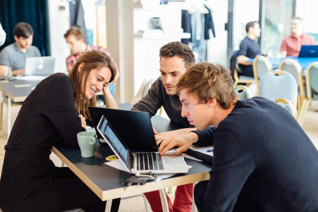 Photo d'alumni en train de travailler chez Lion_Formation Reconversion Professionnelle