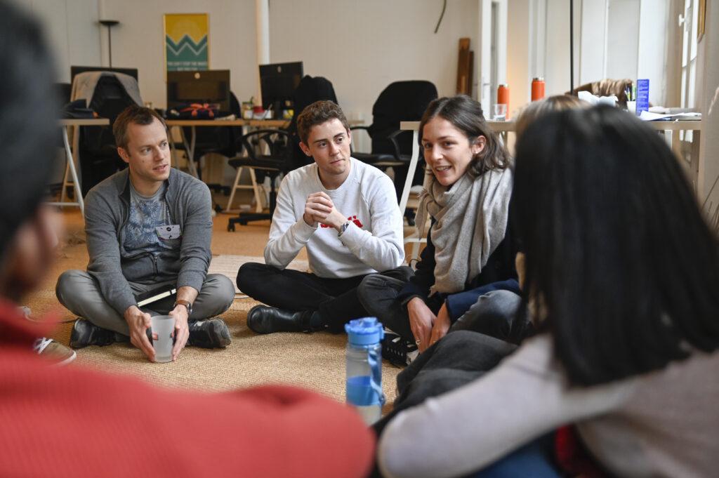 Groupe d'étudiant en train de discuter_Formation Product