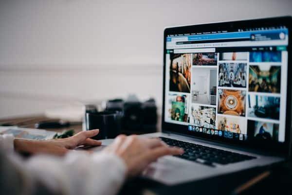photo homme tapant sur un ordinateur, article growth hacking